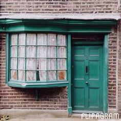 I love beautiful doors ❤️ Some doors I captured when I was in London  | Eu amo portas bonitas (e que me inspiram) ❤️ Essas são algumas das portas que fotografei (somente com iphone) quando estava em Londres   Let my love open the door by Sondre Lerche Quem aí também gosta de fotogafar portas? London  Melina Souza - Serendipity <3  #Melina Souza  #Travel  #London