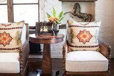 meuble mexicain dans le salon - fauteuils en cuir et bois ornementé avec des…