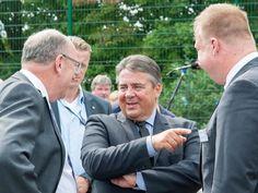 Plauderei: Sigmar Gabriel mit Sozialminister Stefan Grüttner und RP Lars Witteck.