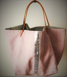 A reversible tote in beautiful old pink washed linen and silver sequins . Sac Vanessa Bruno, Coin Couture, Diy Sac, Homemade Bags, Diy Bags Purses, 31 Bags, Sack Bag, Denim Bag, Fabric Bags