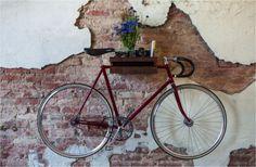 een fiets aan de muur
