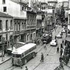 Karaköy. Şimdiki haline göre bambaşka bir Karaköy. Sağ üst taraf Yüksek Kaldırım. Karşıdaki binalar 1950'li yıllarda yıkıldı. 📷Ara Güler… Istanbul City, Istanbul Turkey, Urban Architecture, Historical Pictures, Best Cities, Photo Archive, Old Photos, Big Ben, Paris Skyline