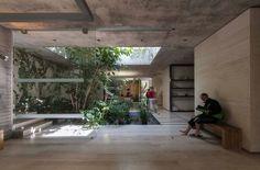 Construido por Ambrosi I Etchegaray en Santiago de Querétaro, Mexico con fecha 2010. Imagenes por Luis Gordoa. El encargo consistió en crear un Centro Integral de Yoga y Spa en un predio irregular de 418 metros cuadrados, ubicad...