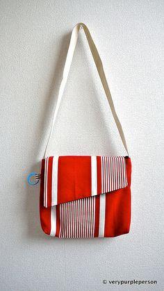 Kırmızı çizgili postacı çantası