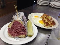 Here in Ohio, we have a special place in our hearts for a delicious corned beef sandwich—and Slyman's Restaurant fills that void beautifully. This downtown Cleveland eatery is home to what is arguably the best corned beef you can find in Ohio. Classic Restaurant, Delicious Restaurant, Restaurant Recipes, Fried Bologna, Corned Beef Sandwich, Recipe Icon, Recipe Spice, Best Sandwich, Sandwich Shops