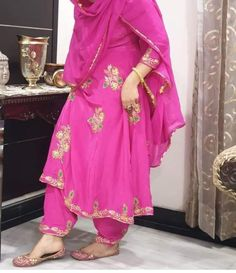 Embroidery Suits Punjabi, Embroidery Suits Design, Embroidery Dress, Hand Embroidery, Embroidery Designs, Bridal Suits Punjabi, Designer Punjabi Suits Patiala, Girls Fashion Clothes, Fashion Dresses