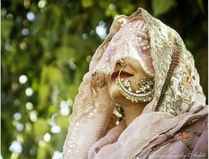 Getting married this season? Then girl, you definitely NEEDto see this style check that's trending off the charts➹! Modern brides in a traditional vintage veil style ghoonghat👰! While the second dupatta had pretty much made itself permanent last season, wearing it in peekaboo ghoonghat style is officially a MUST do! There's just something about that … Indian Bridal Fashion, Indian Bridal Wear, Vintage Veils, Vintage Bridal, Bridal Looks, Bridal Style, Bridal Jewellery Inspiration, Bridal Jewelry, Bridal Makeup For Brunettes