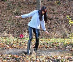 Rubber Shoes Outfit, Black Rain Boots, Shiny Leggings, Confident Woman, Rain Wear, Riding Boots, Leather Pants, Lady, People