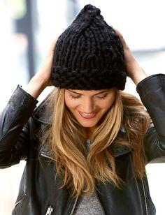 Free pattern - modello gratuito per un facile berretto realizzato con filato gigante per scaldare l'inverno 2015 in montagna ed in città, omaggio knitta!