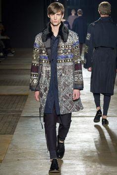 Dries Van Noten- Fall 2015 Menswear. Miao fue su interpretación a la hora de adornar las telas, desde el sur de la china da este resplandor a sus prendas de una manera sútil.