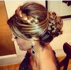 Inspiração: tiara de trança com o próprio cabelo, coque trançado e franja.