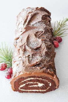 Yule Log (use sugared rosemary sprigs & cranberries) Köstliche Desserts, Christmas Desserts, Christmas Treats, Christmas Baking, French Desserts, Christmas Cakes, Plated Desserts, Chocolate Yule Log Recipe, Chocolate Log