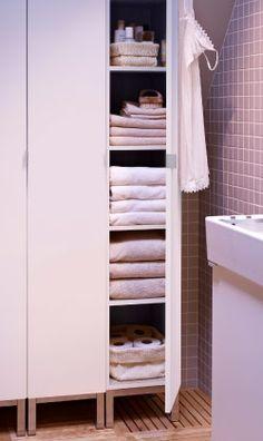 Nahaufnahme von LILLÅNGEN Hochschrank in Weiß mit geöffneter Tür