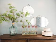 Domino shares decor advice from HGTV star Joanna Gaines, who creates beautiful spaces using calming neutral paint colors and cool metallic accents. Learn decor tips from Joanna Gaines on domino. Joanna Gaines Decor, Chip And Joanna Gaines, Casas Magnolia, Fixer Upper House, Magnolia Farms, Magnolia Table, Magnolia Market, Magnolia Homes, Vintage Mirrors