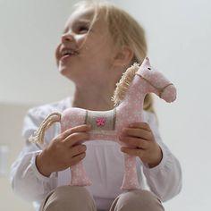 Koník je ušitý z bavlnenéj látky, vyplnený polyesterovým rúnom. Osedlaný sedlom s pevne prišitým dreveným gombíčkom. Hriva a chvost sú z bavlneného povrázku. Drevený gombík je možné vymeniť za plas...