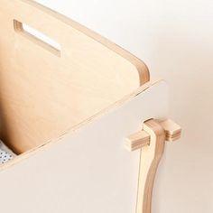 Fácil y rápida de montar. No contiene partes metálicas ni tornillos. Al crecer el niño se transforma en un banco balancín o puede ser usada como cajón de juguet System Furniture, Pet Furniture, Recycled Furniture, Plywood Furniture, Furniture Making, Furniture Design, Furniture Outlet, Furniture Plans, Cnc Table