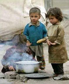 Refugee Children Making Food The first victim of war is innocent child Syrian Children, Poor Children, Precious Children, Save The Children, Beautiful Children, Poor Kids, Kids Around The World, People Around The World, Foto Face