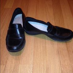 👣👓LizSport Black Leather Loafers LizSport (brand) women's black leather comfort loafers. Very comfortable with inside cushioning and supportive rubber soles. Well worn, but in good condition. Black shoe polish will make look fresh. Good for everyday wear, party wear or business wear. LizSport Shoes Flats & Loafers