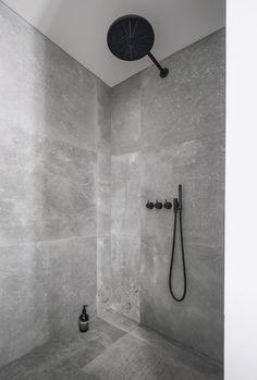 Kronos-fliser i bad - sort armatur fra Vola - interior - bathroom - Hmdesign Bathroom Sets, Bathroom Fixtures, Small Bathroom, Gold Bathroom, Bathroom Showers, Bathroom Cabinets, Bathroom Furniture, Bad Inspiration, Bathroom Inspiration