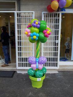 albero di palloncini in vaso con farfalle