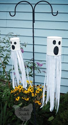 Do you love decorating for Halloween? We are sharing some incredible creative DIY Halloween Decorations you will be dying to share this year. 10 DIY Halloween Decorations to Die For Casa Halloween, Theme Halloween, Halloween Tags, Halloween Crafts For Kids, Outdoor Halloween, Holidays Halloween, Fall Crafts, Diy Crafts, Simple Halloween Decorations