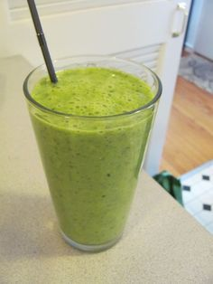Kale Spinach and Apple Smoothie - Slender Kitchen. Works for Vegetarian, Weight Watchers®, Gluten Free, Vegan and Clean Eating diets. Apple Spinach Smoothie, Apple Smoothie Recipes, Healthy Green Smoothies, Apple Smoothies, Healthy Drinks, Healthy Snacks, Breakfast Smoothies, Detox Drinks, Slender Kitchen