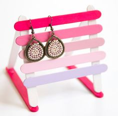 Earring holder to make for my big sister. Popsicle Stick Crafts, Popsicle Sticks, Craft Stick Crafts, Crafts To Sell, Diy And Crafts, Crafts For Kids, Arts And Crafts, Diy Earring Holder, Jewelry Stand