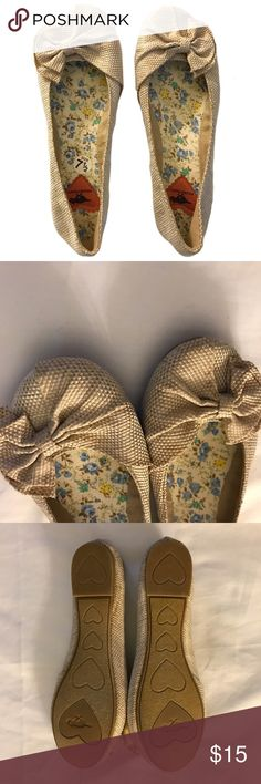 Rocket Dog Tan White Stitch Half Bow Flat Adorable flats that you can dress up or down!  The shoes are in near new condition, having only been worn a few times. No defects at all! Super comfy, easy to wear. These will be your favorite flat! Rocket Dog Shoes Flats & Loafers