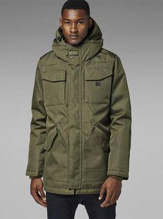 A parka masculina é a peça-chave para os dias chuvosos quando você quer variar do bom e velho trench coat.