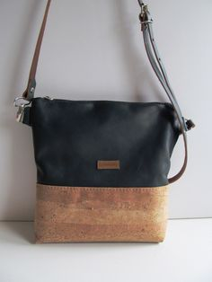 Cork - the alternative trend High-quality bag made of cork and leather . , Cork - the alternative trend High-quality bag made of cork and leather . Bag Patterns To Sew, Sewing Patterns, Cork Purse, Latest Makeup Trends, Patchwork Bags, Textiles, Quilting Projects, Bag Making, Purses And Bags