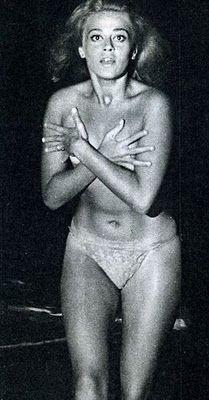 Norma Bengell o primeiro nu frontal da história do cinema brasileiro. É cantora, atriz, diretora, produtora e compositora. Adivinha como ela começou a carreira? Exato VEDETE, palmas prá ela.