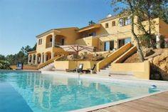 In mediterrane stijl gebouwde, luxe villa met privé zwembad en prachtig uitzicht op het Massif des Maures, op 10 km van de mondaine badplaats Sainte-Maxime