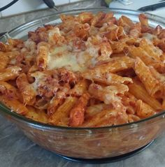 Paradicsomos – csirkés penne! Amíg a csirke elkészült, megfőztem a tésztát, majd tepsibe tettem, sajttal megszórva sütöttem! Meat Recipes, Pasta Recipes, Chicken Recipes, Cooking Recipes, Healthy Recipes, Hungarian Recipes, Love Eat, Air Fryer Recipes, Macaroni And Cheese