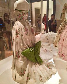 Se estiver na Suíça não deixe de visitar St. Gallen. A cidade a uma hora de trem de Zurique carrega a tradição do bordado e da renda desde o século 18. Hoje em dia ainda tem fabricas importantes que fornecem para grandes marcas de luxo. O Museu Têxtil é parada obrigatória. Na foto vestidos influenciados pelo New Look de Christian Dior. Todos bordados claro. (via @luaracalvianic) #ApaixonadosPelaSuíça #VisitZurich #Zurique  via ELLE BRASIL MAGAZINE OFFICIAL INSTAGRAM - Fashion Campaigns…