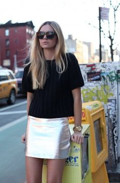How to Transition Your Wardrobe from Summer to Fall - Total Street Style Looks And Fashion Outfit Ideas Silver Skirt, Metallic Skirt, Gold Skirt, Metallic Outfits, Metallic Fashion, Metallic Leather, White Leather, Street Looks, Street Style