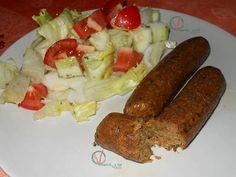 Salchichas veganas de soja texturizada con ensalada.