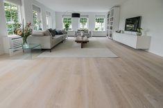 Lichte eikenhouten gelegd in combinatie met vloerverwarming. De planken van deze vloer zijn 26cm breed, dit zorgt voor een mooi en ruimtelijk effect. Daarnaast zijn de planken geschaafd, hierdoor is de nerftekening van het eikenhout duidelijk zichtbaar