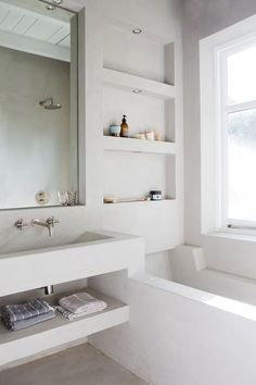 Je badkamer een betonlook geven kan met betonstuc, betontegels, gepolierde beton en keramische tegels. Wij geven je hier diverse voorbeelden van beton in de badkamer.