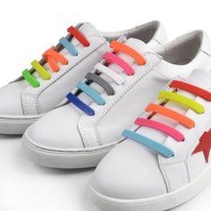 """Sireturi pentru Lenesi – Curcubeu  Noi le-am spus asa, dar fiind pentru copii e posibil ca micutii sa nu stie sa-si lege sireturile.  Ca sa intelegeti despre ce e vorba va spunem doar ca acesta este un set din material elastic, care inlocuieste sireturile clasice. In felul acesta copiii se incalta rapid cu pantofii preferati.  Sireturile sunt foarte usor de """"montat"""" si utilizat."""