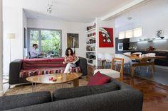 Living-comedor: inspirate con estas ambientaciones  Dos grandes sofás en gris con patas de acero conforman el área del living