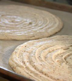 La Dacquoise è una base biscotto dalla consistenza leggera e dal gusto raffinato. Si presta bene a sostituire il pan di Spagna in preparazioni come charlotte, millefoglie e dolci al cucchiaio. Dal momento che è molto buona anche da sola, è un'ottima soluzione per recuperare gli albumi quando avanzano da altre preparazioni.
