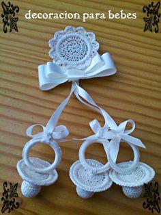 sonajero de chupetes. los chupetes de isabel, en facebook Baby Wearing, Crochet Baby, Crochet Patterns, Crochet Ideas, Diy And Crafts, Crochet Earrings, Inspiration, Facebook, Fashion