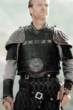 Iain Glen as ser Jorah Mormont. Erede dell'Isola dell'Orso, disonorato, condannato a morte e scappato a Essos con la moglie. Padre di lady Mormont. Parla assai raramente della figlia, perché il ricordo è costante e doloroso. La sua regina ha promesso di concedere il perdono alla fanciulla, di trattarla con tutti gli onori riservati a quella che diventerà la Casata a cui affidare il Nord.  Appresa la notizia del rapimento, pondera di salpare per Westeros, scopre infine del matrimonio Tyrell.