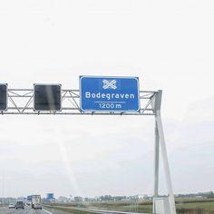 Bodegraven sinds dit weekend een knooppunt Nederland heeft sinds dit weekend een knooppunt erbij. En wel onze eigen gemeente Bodegraven. Vanaf nu bestaat er een kans dat knooppunt Bodegraven ook op de landelijke radio te horen is tijdens de filemeldingen. Het knooppunt Bodegraven is vormgegeven als een splitsing waarbij de A12 de doorgaande verbinding vormt met 24 rijstroken en de 22 rijstroken van de autoweg N11 uit Leiden die hier op aansluit. De verbindingsweg van de N11 naar de A12 gaat…