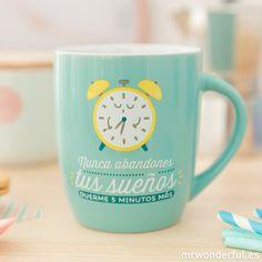 """Taza """"Nunca abandones tus sueños, duerme 5 minutos más"""" #mrwonderfulshop #mug Mr Wonderful, The Wiz, Lettering, Mugs, Tableware, Kawaii, Coffee, Illustration, Inspiration"""