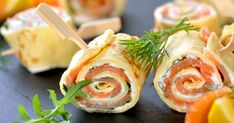 Pics apéritifs de roulés de crêpes au saumon