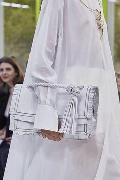 Valentino Spring 2020 Ready-to-Wear Fashion Show - Vogue Fashion 2020, Paris Fashion, Fashion Show, Japan Fashion, India Fashion, Street Fashion, Valentino Rockstud, Vogue Paris, Singer Fashion