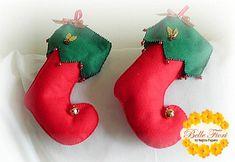Bota de Natal em feltro - Belle Fiori Felt Stocking, Christmas Stockings, Christmas Ornaments, Holiday Decor, Home Decor, Santa's Little Helper, Needlepoint Christmas Stockings, Decoration Home, Room Decor
