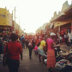 Downtown Market w Kingston - największy wybór, najniższe ceny, chińskie ubrania, pyszne owoce, każdy asortyment w jednym miejscu. Choc nie wygląda zachęcająco, a nawet na pierwszy rzut oka lekko zatrważająco, to niezwykle przyjazne, kolorowe, tętniące życiem i muzyką miejsce, przynajmniej do zmroku..