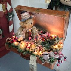 Alter Koffer als Weihnachtsdekoration: 16 stimmungsvolle Vintage-Inspirationen Christmas Fairy Lights, Noel Christmas, Primitive Christmas, Country Christmas, Vintage Christmas, Christmas Ornaments, Suitcase Decor, Decoration Vitrine, Diy Vintage